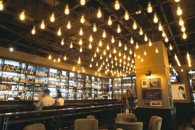 小後苑天花板的燈泡,是依據蘇格蘭地圖去設計。 圖/高彬原、許正宏、陳立凱