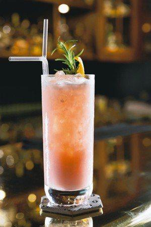 墨子的粉紅司令是偏女性的調酒,酸甜、酒味不濃,清爽不膩口。 圖/高彬原、許正宏、...
