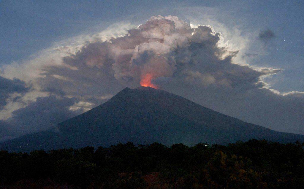 印尼峇里島阿貢火山噴發。外交部今天表示,印尼政府將視火山活躍程度及風向等因素,決...