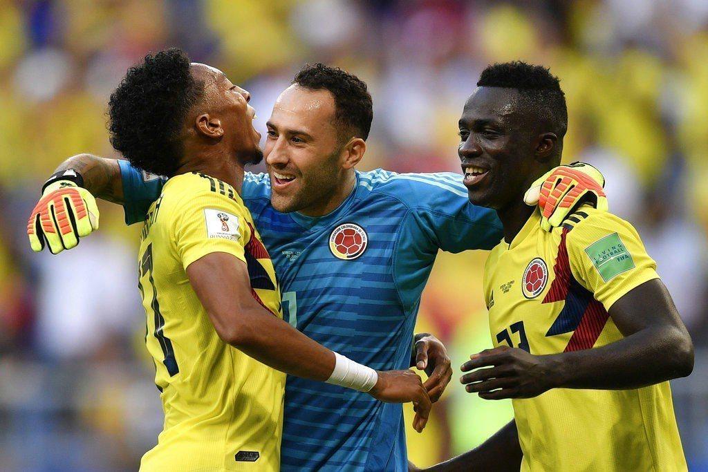 哥倫比亞分組第一進16強,球員相互擁抱慶祝。 美聯社