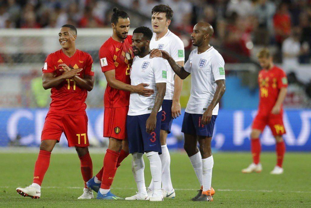 比利時(紅色球衣)1:0勝英格蘭(白色球衣),比利時分組第一出線,淘汰賽反而將與...