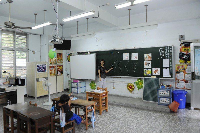 非新聞當事人,圖為溪口小學一年級老師在給她唯一的學生上課。   中新社