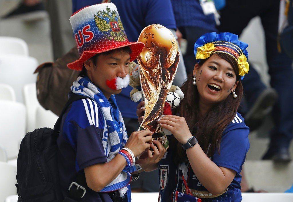 日本球迷歡欣晉級16強,但想走得更遠,踢法恐怕不能再這麼保守。 美聯社