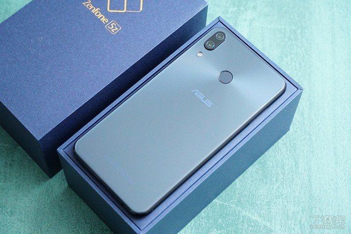 機背和ZenFone 5長得幾乎完全一樣,玻璃背蓋下方有同心圓紋路,圓心在指紋辨...
