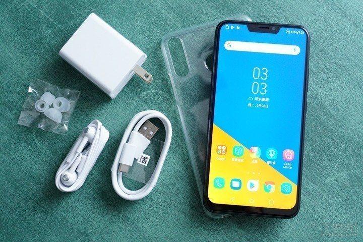 包裝內容包含ZenFone 5Z手機、透明保護殼、Type-C連接線、有點大的9...