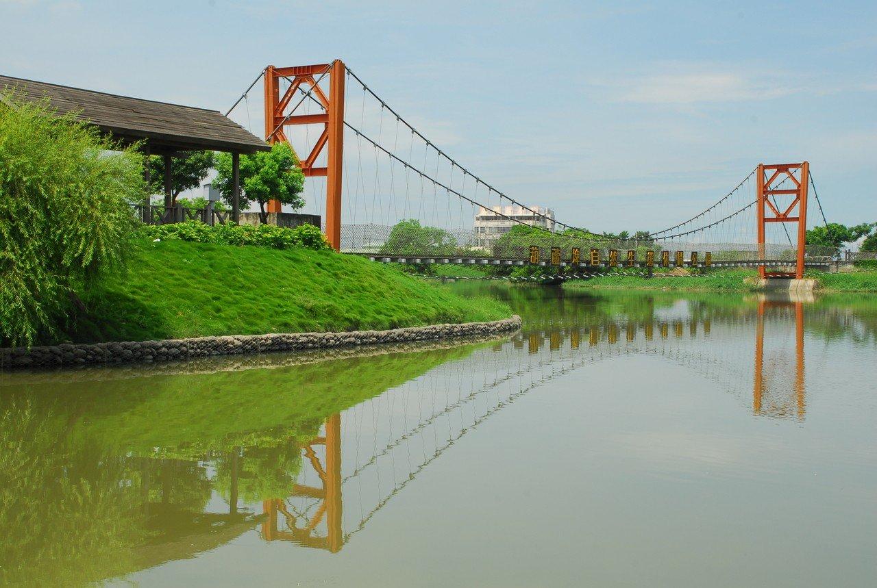 葫蘆埤生態休閒公園內設有菱波吊橋、環埤步道等,因形狀像葫蘆而命名為葫蘆埤。圖/觀...