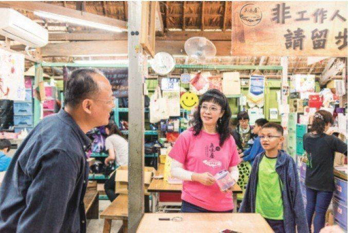 五味屋不僅是鄉村孩子的學習基地,許多外地孩子也因為閱讀課本中,由作家劉克襄書寫的...