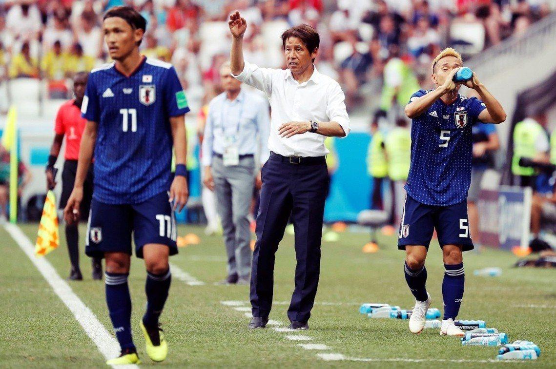 圖為比賽中,向中場宇佐美貴史(11號)與後衛長友佑都(5號)下達指令的日本主教練...