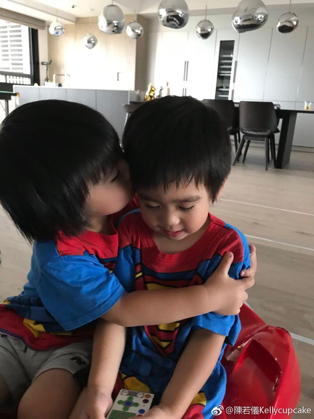 林志穎老婆陳若儀日前曝光雙胞胎兒子們的近照,孩子們的長睫毛意外引起話題。圖/擷自...