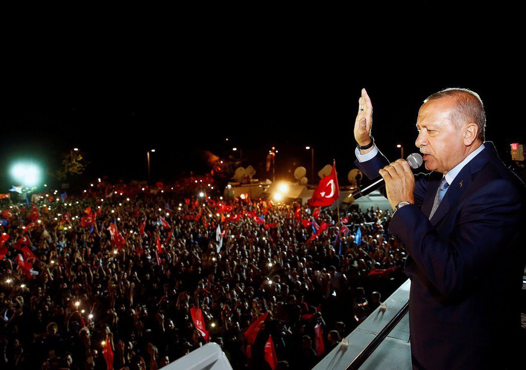 為什麼讓土國選民願意對厄多安/正義發展黨(AKP)投下神聖的一票呢?圖為勝選發表...