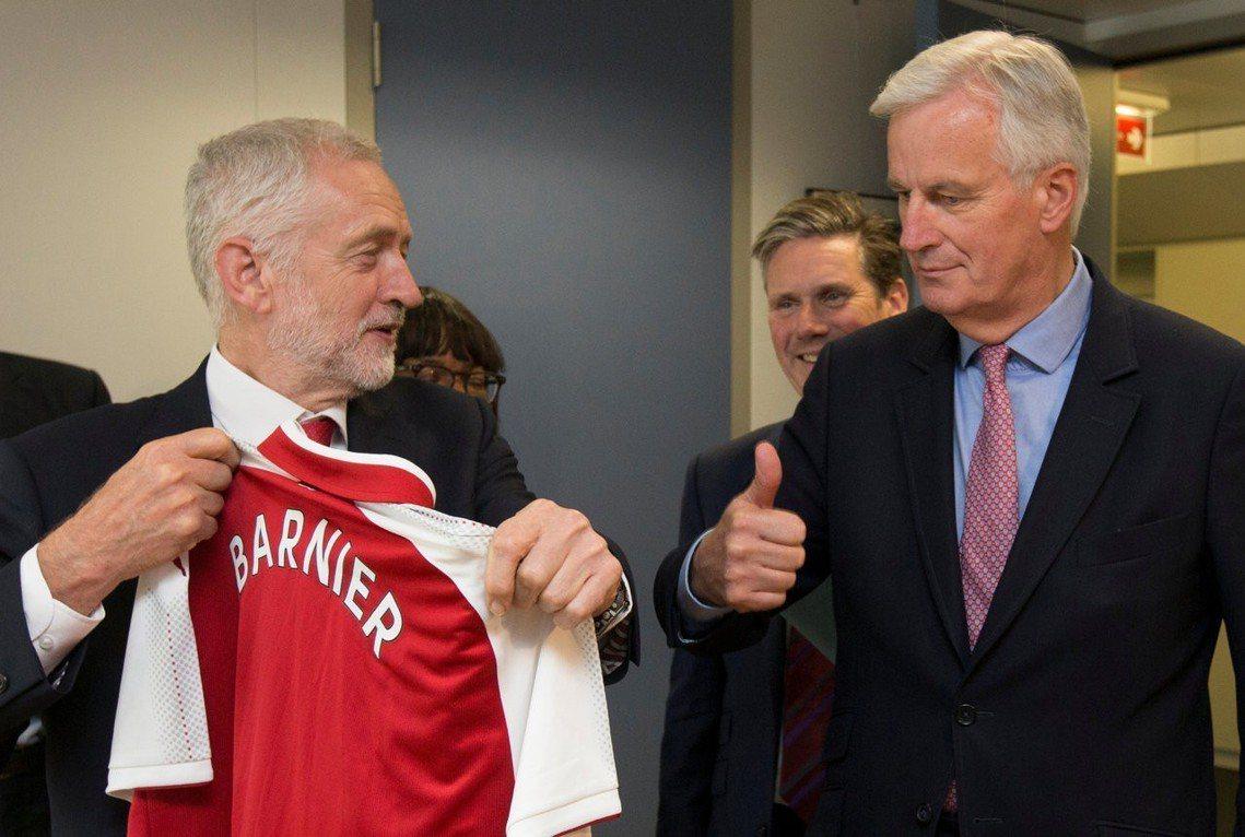 柯賓(左)致贈兵工廠球衣,給歐盟的脫歐首席談判代表巴尼耶(右)。巴尼耶是法國人,...