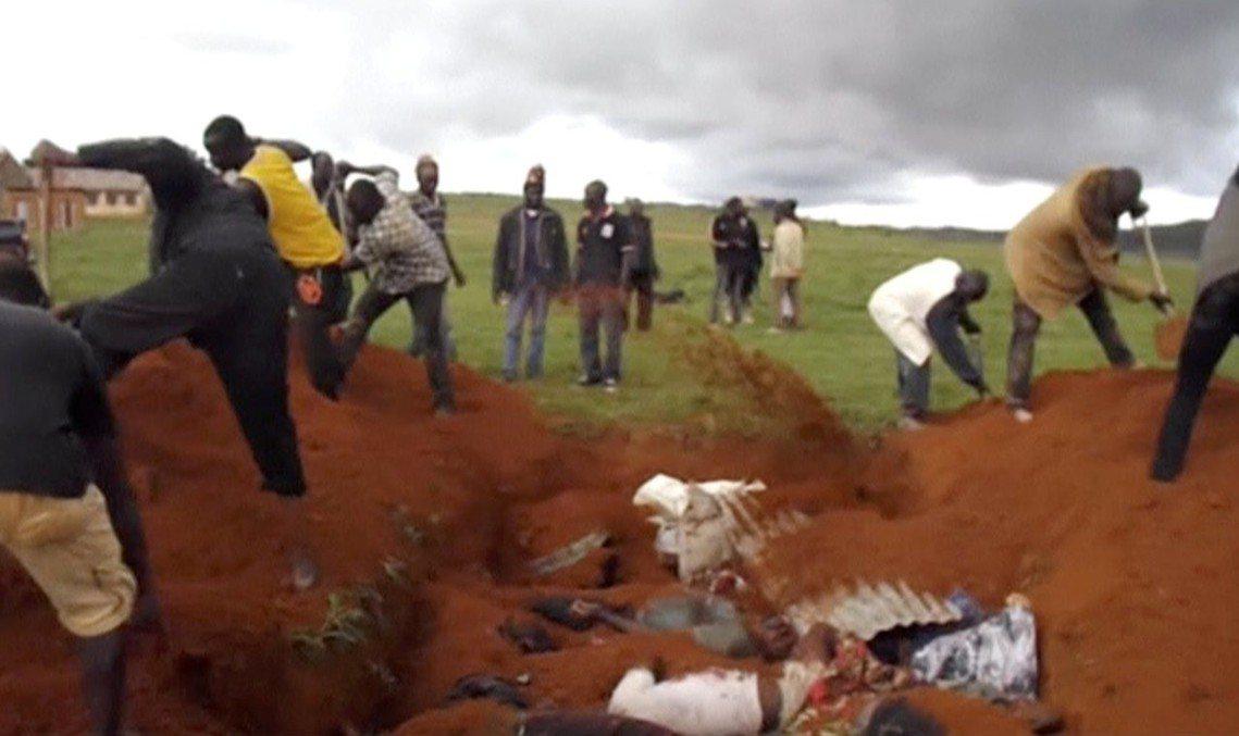 高原州農牧衝突,民眾將受難者埋入土中。 圖/路透社