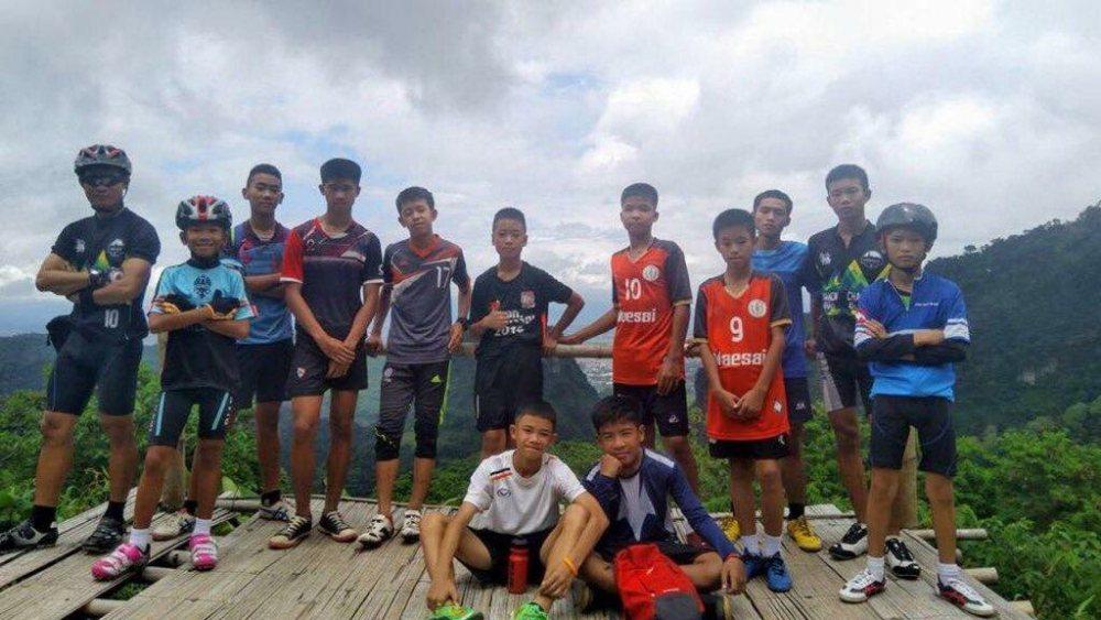 失蹤的教練和足球隊少年相當親近,不時在臉書上傳照片。 圖/取自臉書