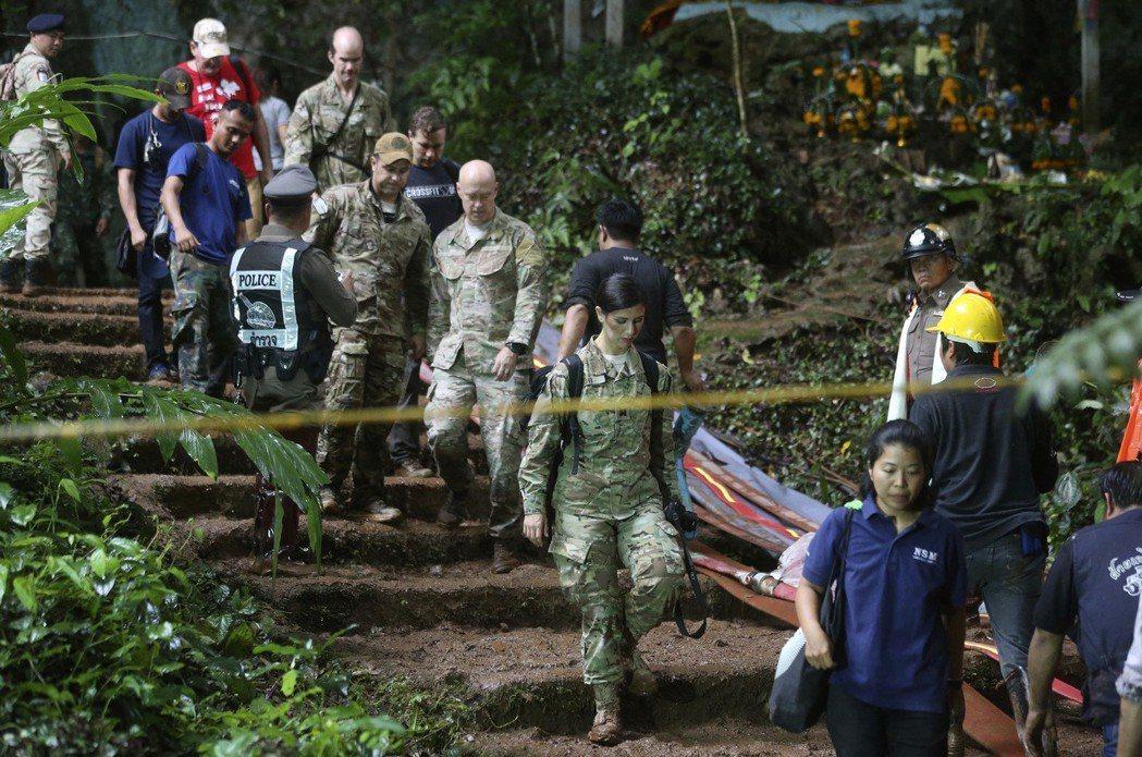 來自夏威夷的「美軍印太司令部」30名軍人,28日到事發洞穴勘察地形。 (美聯社)