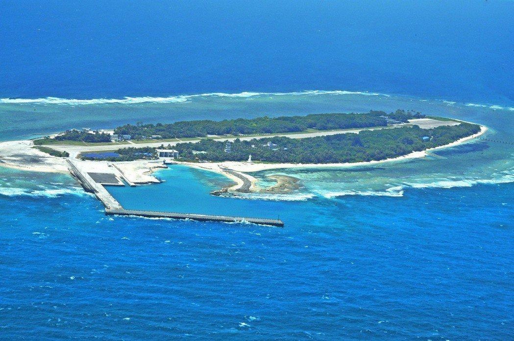 太平島是南沙群島最大的島嶼,位於南海中央,東西狹長,地勢低平,東西長約1,360...