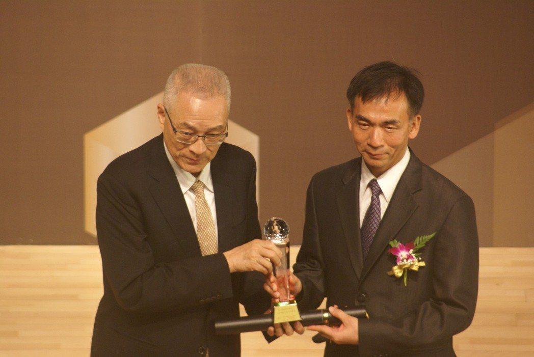 精呈科技獲第14屆金炬獎,董事長張瑞成(右)代表接受前副總統吳敦義(左)頒發獎座...