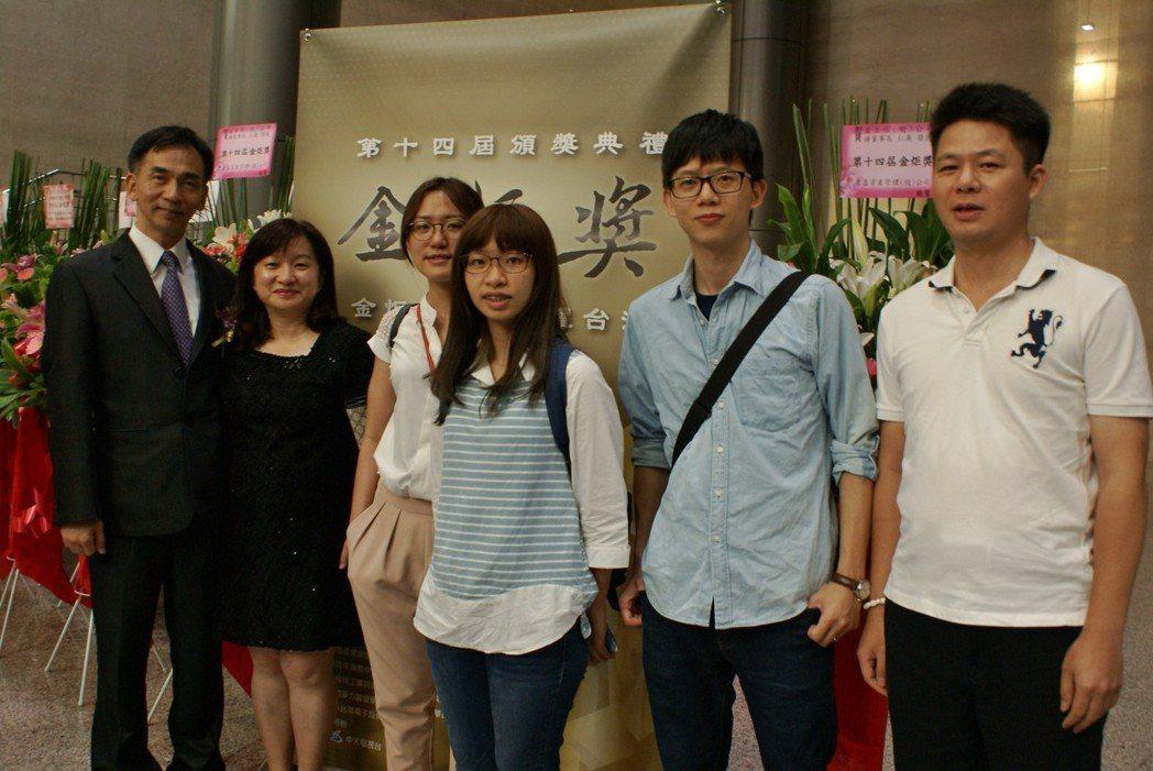 精呈科技獲金炬獎,董事長張瑞成(左一)、董事長特助江靜君(左二),共同帶領企業員...