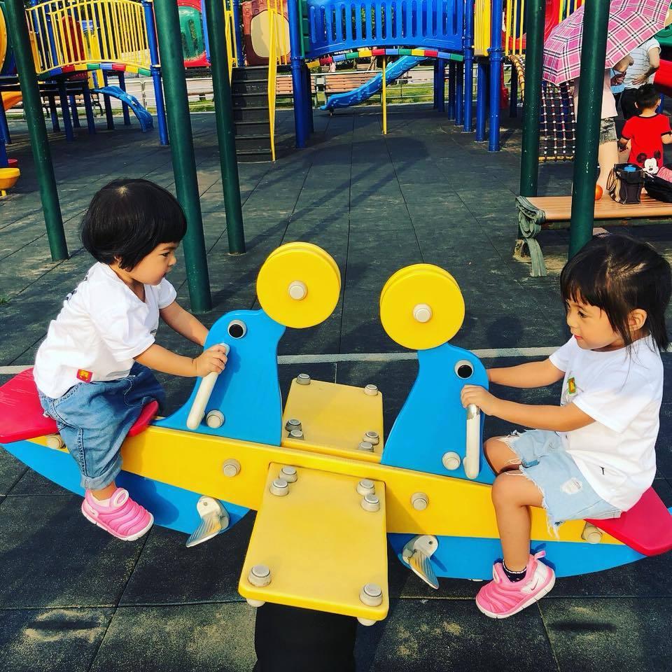 修杰楷PO出帶咘咘與Bo妞到公園玩的照片。圖/摘自臉書
