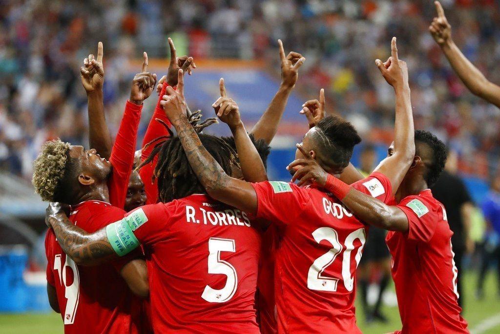 突尼西亞球員擺烏龍,巴拿馬球員歡喜慶祝。美聯社