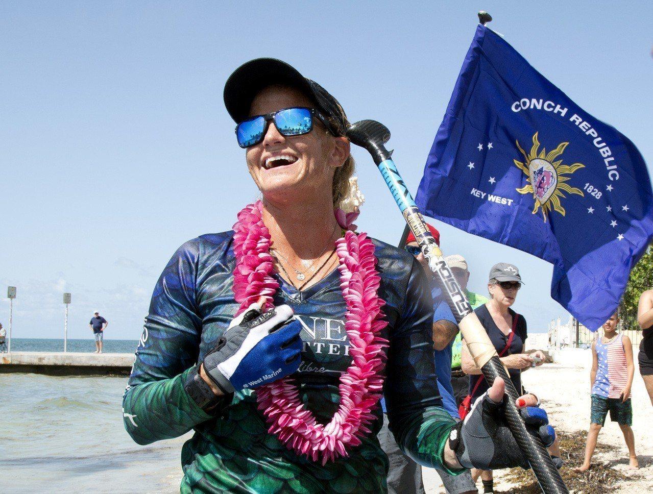 美國佛州的維多莉亞.伯吉斯立槳衝浪逾160公里,27日上午抵達佛羅里達群島。美聯...
