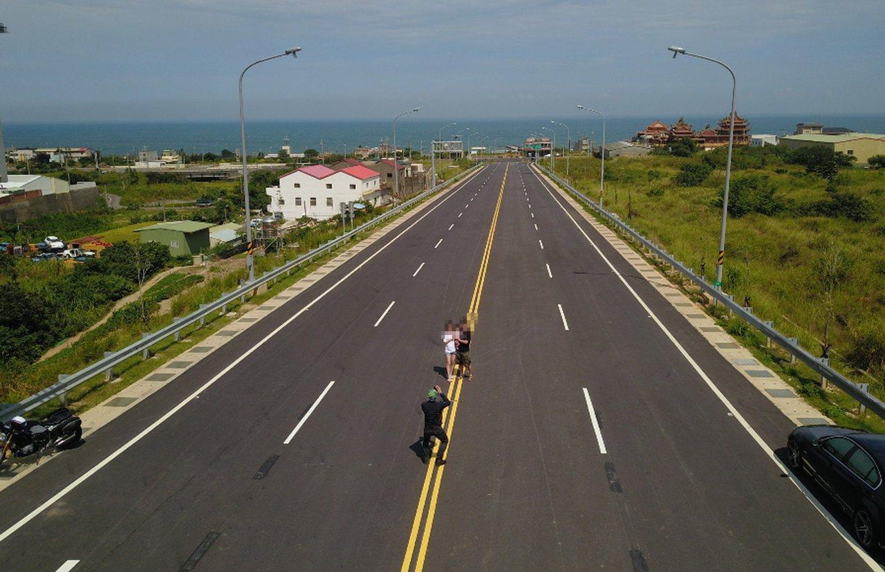 一些攝影者為取景在車道上拍照,形成安全上的隱憂。圖/張文煥提供
