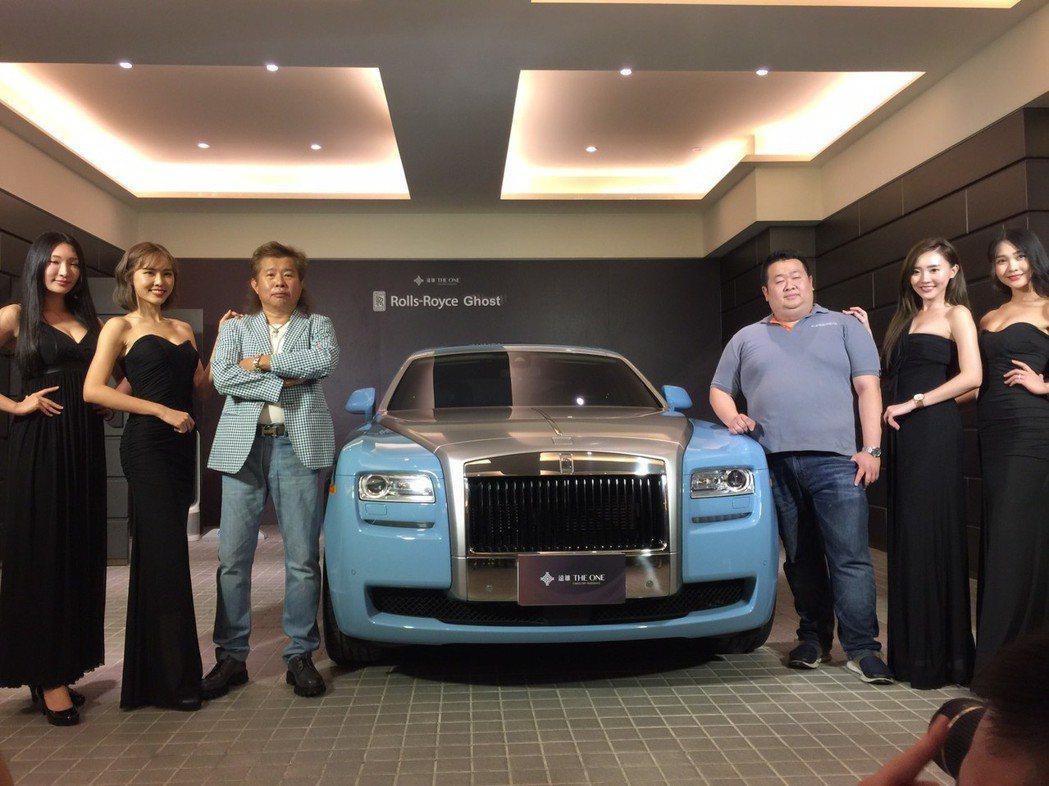 勞斯萊斯「阿爾卑斯挑戰之旅世紀典藏」─古思特Ghost,全球限量30輛台,亞洲僅4台,全台灣只有這一台,車主是從事貿易及房地產業者王道(左三)。記者謝梅芬/攝影