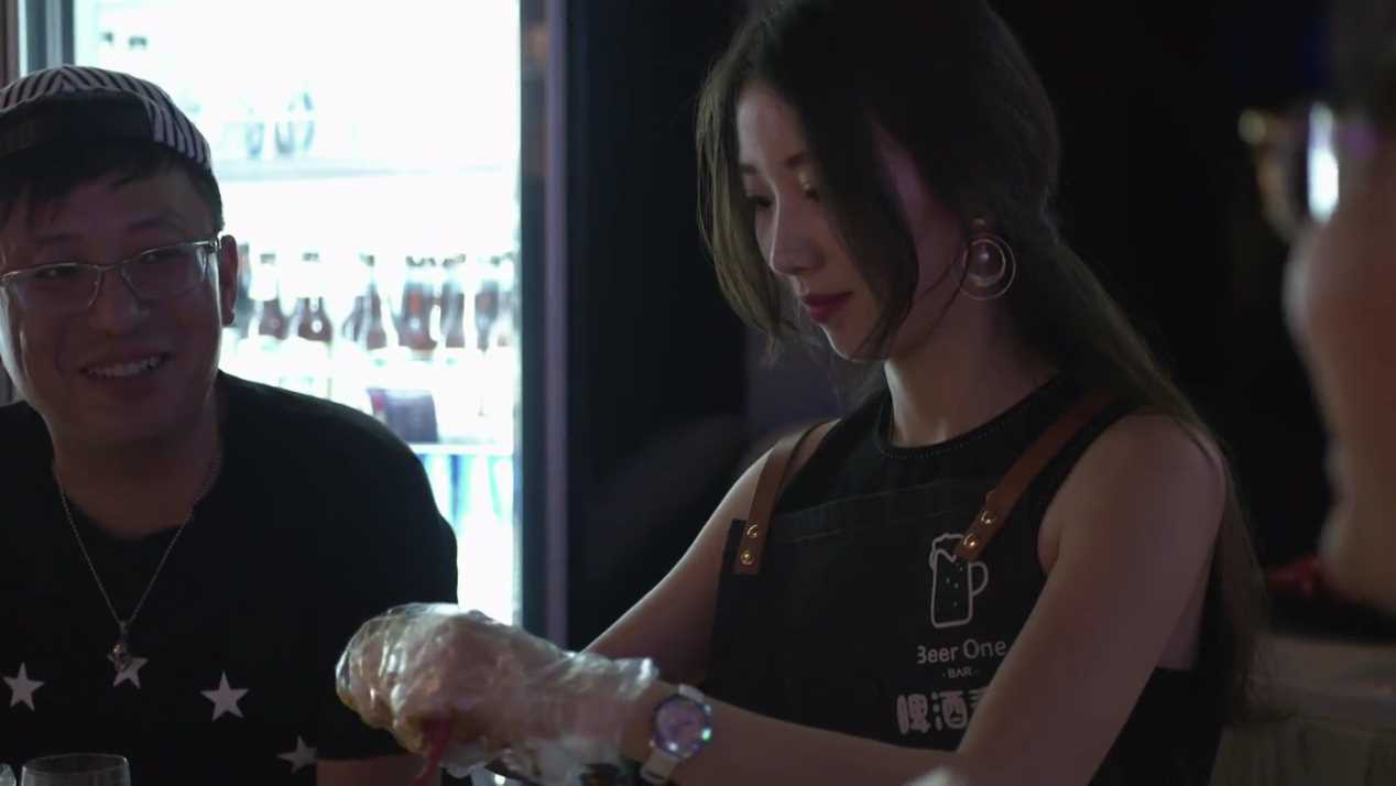 在客人酒酣耳熱之際,上海黃浦區「啤酒壹號」餐廳的剝蝦員仍專心處理一隻隻的小龍蝦。...