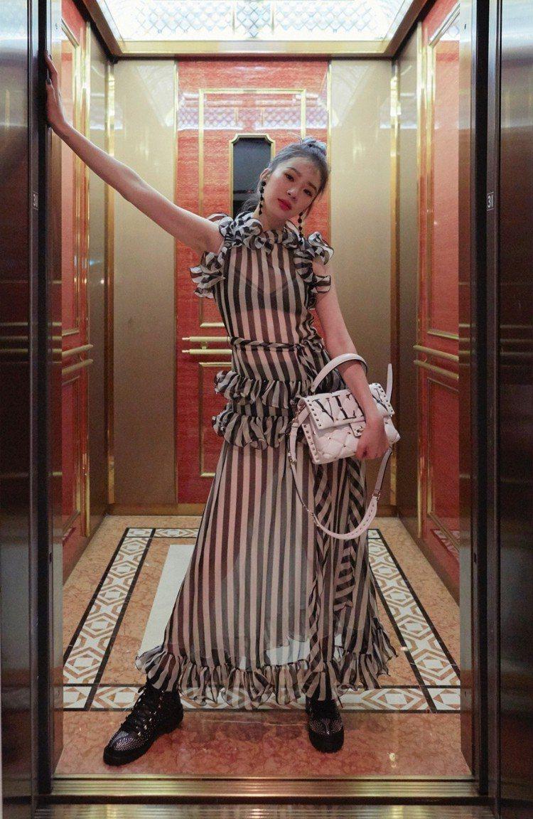 Irene Kim把黑白條紋裙裝穿得纖瘦飄逸。圖/取自IG