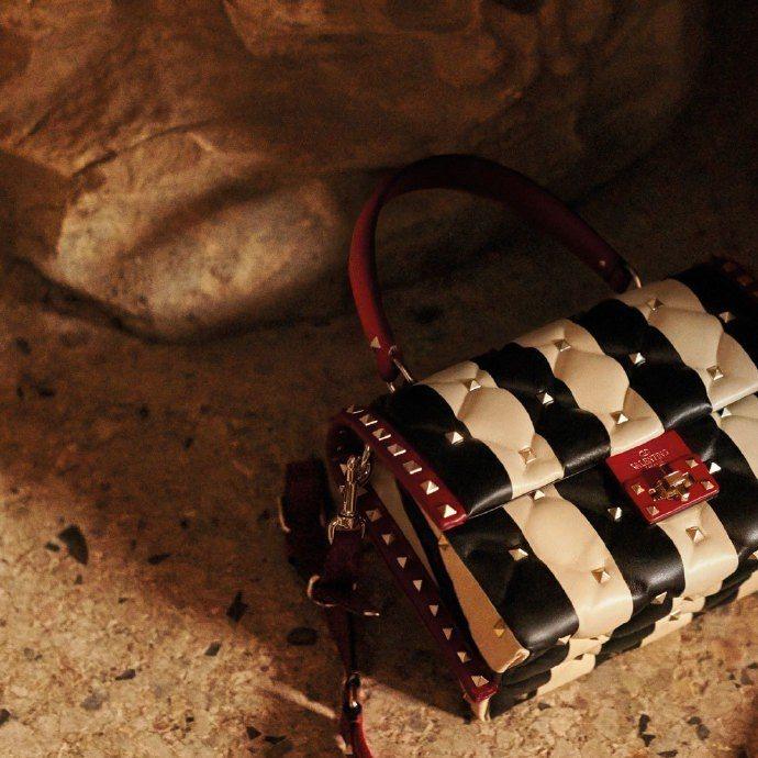 Valentino Garavan Candystud條紋拼接鉚釘裝飾提包,售價...