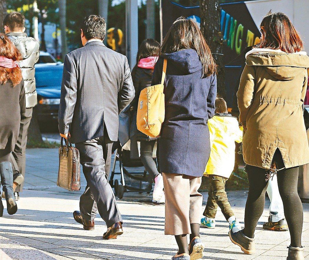 明年開始,全體上市櫃公司都將申報「非擔任主管職務全時員工」薪資資訊,月薪低於4萬...