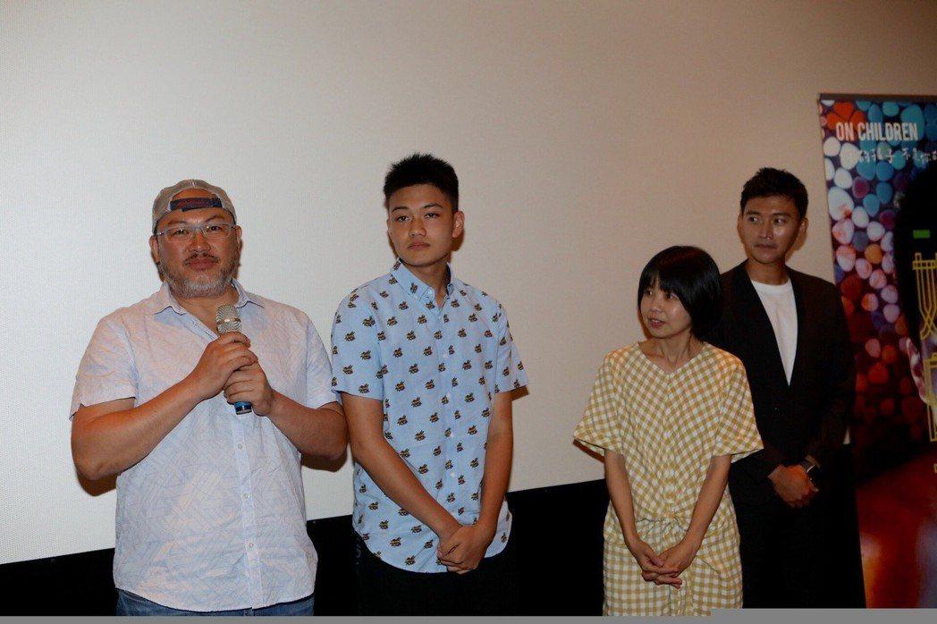 劉亮佐(左)、兒子劉子銓出席「媽媽的遙控器」單元首映。圖/公視提供