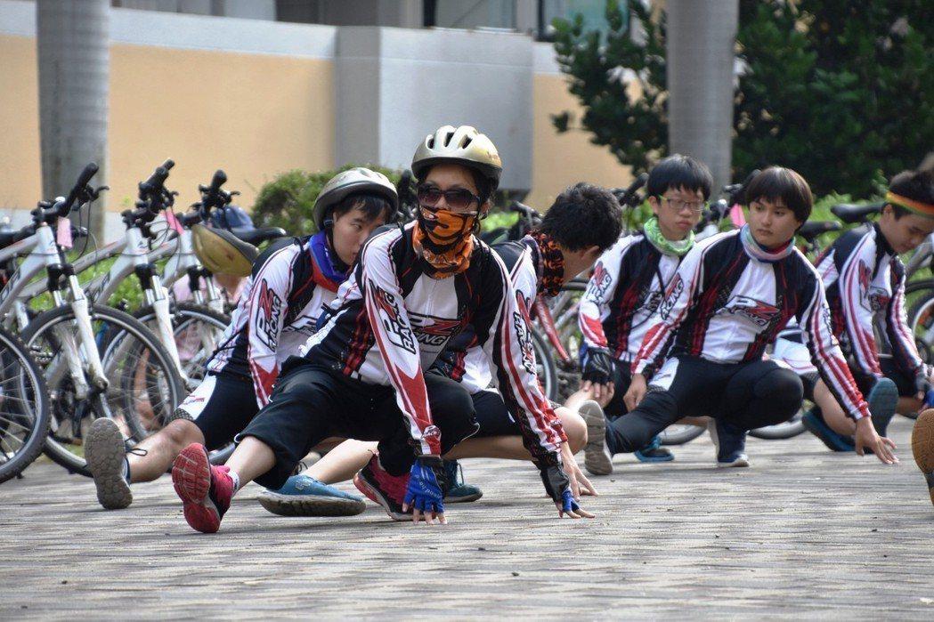 16名身障大學生為完成挑戰單車環島夢想,接受長達四個月的集訓。照片/中科大提供