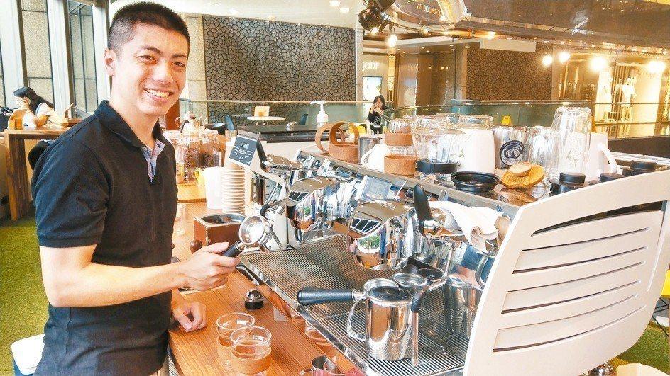 咖啡師Wayne和他的黑鷹咖啡機。 記者楊正海/攝影