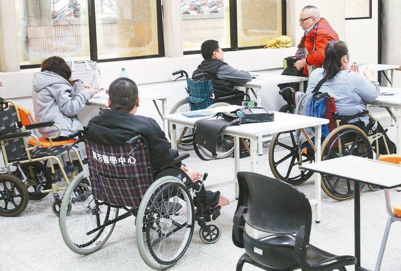 今年身障特考錄取人數雖比去年略增,但報考人數卻創新低。 圖/聯合報系資料照片