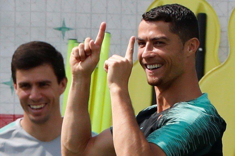 葡萄牙的主將C羅(右)練球時,神情輕鬆。 (路透)