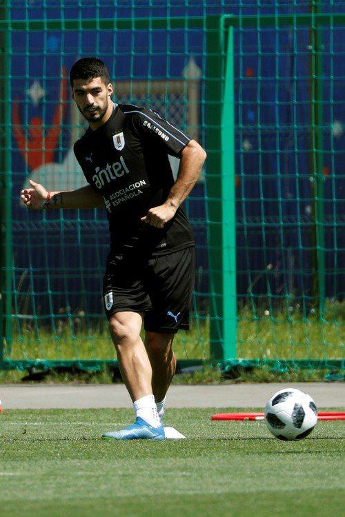 烏拉圭主將蘇亞雷斯輕踢著球,他期待率隊闖進八強。 (歐新社)