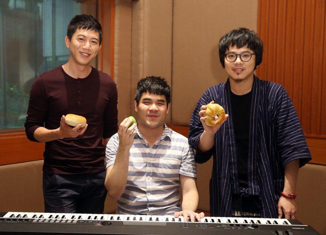 莫子儀(左起)、黃裕翔、日京江羽人為「失眠的人」新型態音樂劇排練,3人手上拿著黃...