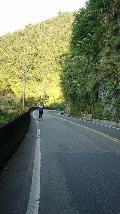 邵敬一去年獨自完成「8」字型跑步環島,約1100公里的路途多數時間是隻身一人。 ...