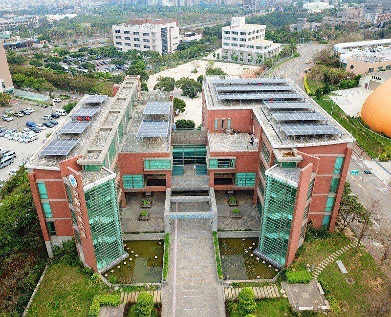 朝陽科大創新育成中心頂樓的太陽能案場,為聚光能源的示範點。 朝陽科大/提供
