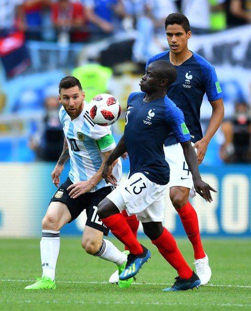 梅西(左)對抗法國。 路透