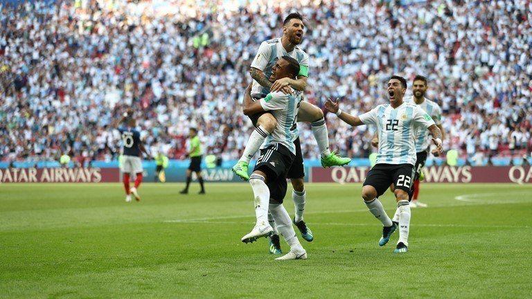 梅西(上)射門,經過莫卡多(下)神來一腳改變方向進球。 擷圖自FIFA官網