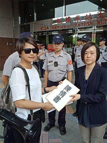 天宇小股東遞交陳情書給與金管會證期局。 《獨家報導》新聞資料