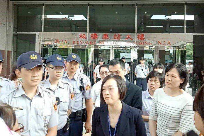 金管會證期局副組長林秀美代表收下陳情書。 《獨家報導》新聞資料