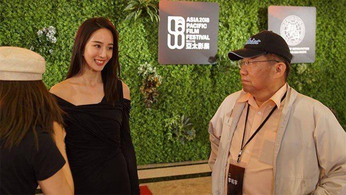 李祐寧(右)親自指導亞太影展形象影片,由張鈞甯(左)主演。 王金文