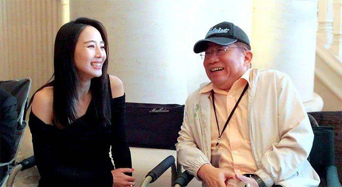 李祐寧(右)指導張鈞甯(左)。 王金文