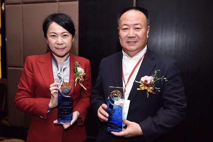謝沅瑾獲頒卓越貢獻成就獎 張淯獲頒授證為中華易經十大名師。 王金文、林益瑞