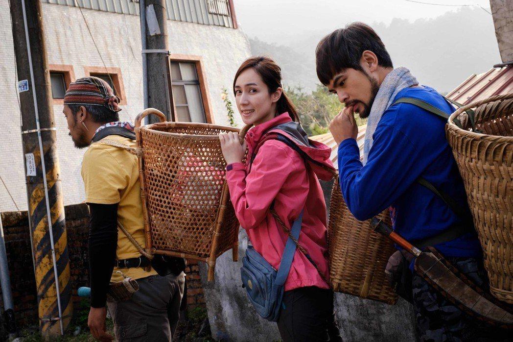 蘇達(右起)、小薰、撒基努入山拍攝自得其樂。圖/華映提供