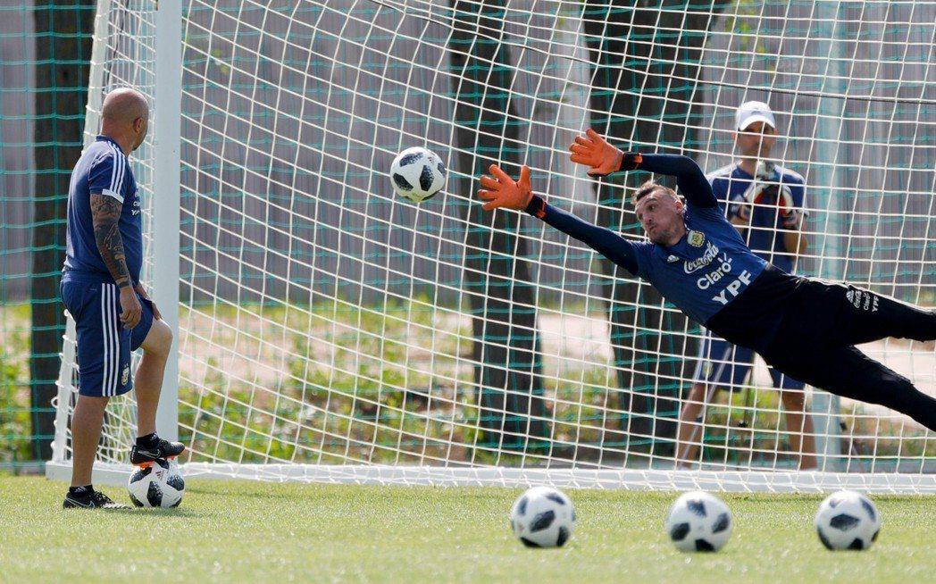 阿根廷門將阿馬尼(Franco Armani) 在主教練訓練下,正加緊練習擋球。...