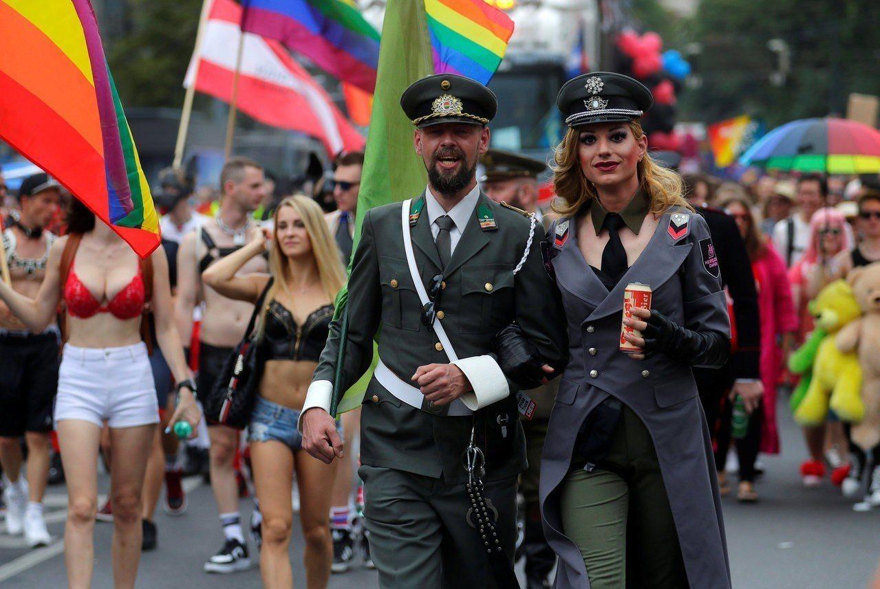 奧地利邁向承認第三性別,圖為民眾6月參加維也納的同志大遊行。路透