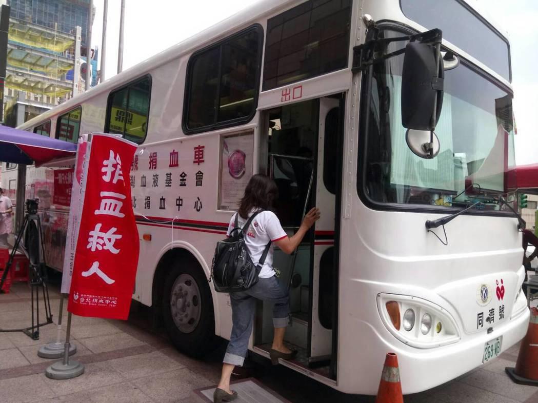 暑假常鬧血荒,台灣血液基金會今發起「萬袋捐血活動」,除連江縣外,全台各地有60個...